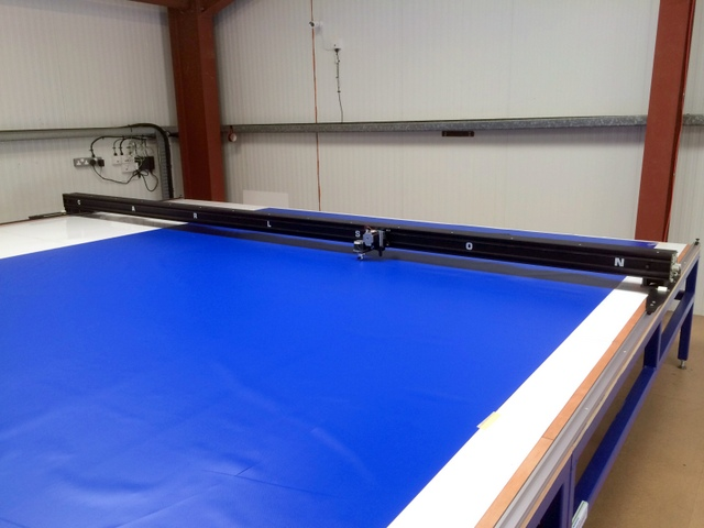 "Cutting 3m wide 560g/m2 PVC.  The WT-172"" Plotter/Cutter can plot/cut up to 4m wide material."